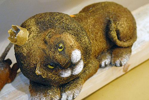 Выставка Светланы Кубрак «Украинский гламур» открылась несколько недель назад, но среди экспонатов уже мало что осталось – их быстро раскупают. Цена такого льва, например, 460 гривен.